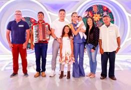 """Paraibana Mikaely, a 'estrelinha do forró"""", participa de programa do SBT e conhece cantor Wesley Safadão"""
