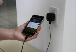Adolescente sofre descarga elétrica em celular conectado à tomada, na Paraíba