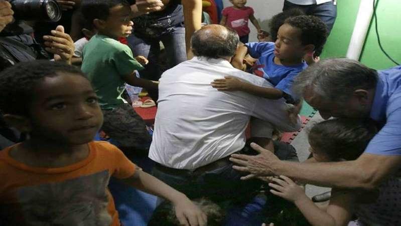 geraldo alckmin tombo criança - Geraldo Alckmin sofre acidente com criança no colo em evento de campanha