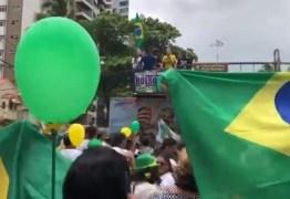 Ato pró-Bolsonaro toca paródia que compara mulheres a 'cadelas' e causa revolta nas redes – VEJA VÍDEO