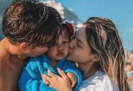 Após perdoar traição, Sarah Pôncio posa grávida ao lado do filho e do marido, veja