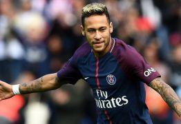 FÃ MIRIM: Criança invade campo e tieta o jogador Neymar