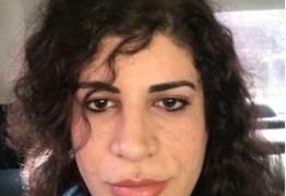 Professora trans ganha na Justiça direito de voltar a dar aula após ser demitida