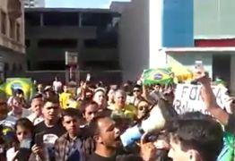 VEJA VÍDEO: Apoiadores organizam vigília na frente de hospital onde Bolsonaro está internado