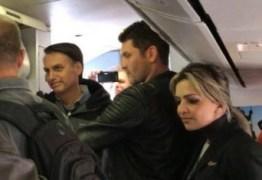 """VEJA VÍDEO: após receber alta, Bolsonaro é chamado de """"lixo"""" e """"fascista"""" em voo"""