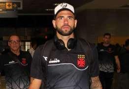 Torcida do Vasco protesta contra jogadores em desembarque
