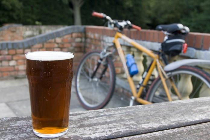 157278921 - Conheça a cidade onde a cerveja é de graça para quem anda de bicicleta