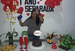 FELIZ! Mulher faz festa de aniversário para comemorar separação