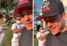 Wesley Safadão cria polêmica ao mostrar babás usando máscaras para cuidar do filho