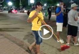 VEJA VÍDEO: Depois da festa da vitória, eleitores de Bolsonaro limpam o calçadão