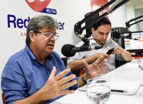 Joao na Master FM 696x509 300x219 - João anuncia reunião com bancada para discutir eleição na ALPB e prazo para divulgar secretariado