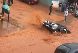 VEJA VÍDEOS: Cratera engole caminhonete após temporal