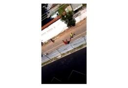 IMAGENS FORTES: Ex-presidiário é amarrado pelo pescoço, arrastado e morto a tiros durante assalto – VEJA VÍDEO