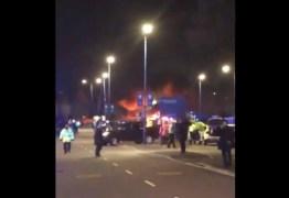 Helicóptero cai e explode ao lado do estádio após jogo – VEJA VÍDEO