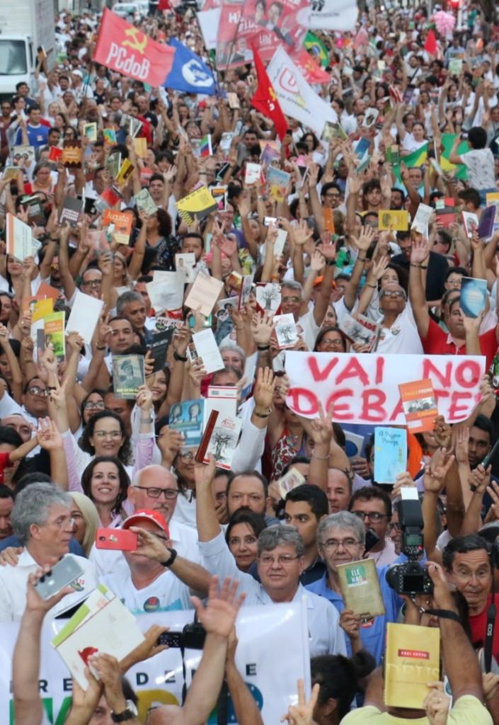 WhatsApp Image 2018 10 15 at 20.20.02 1 - Em caminhada, João e RC defendem democracia durante manifestação do livro
