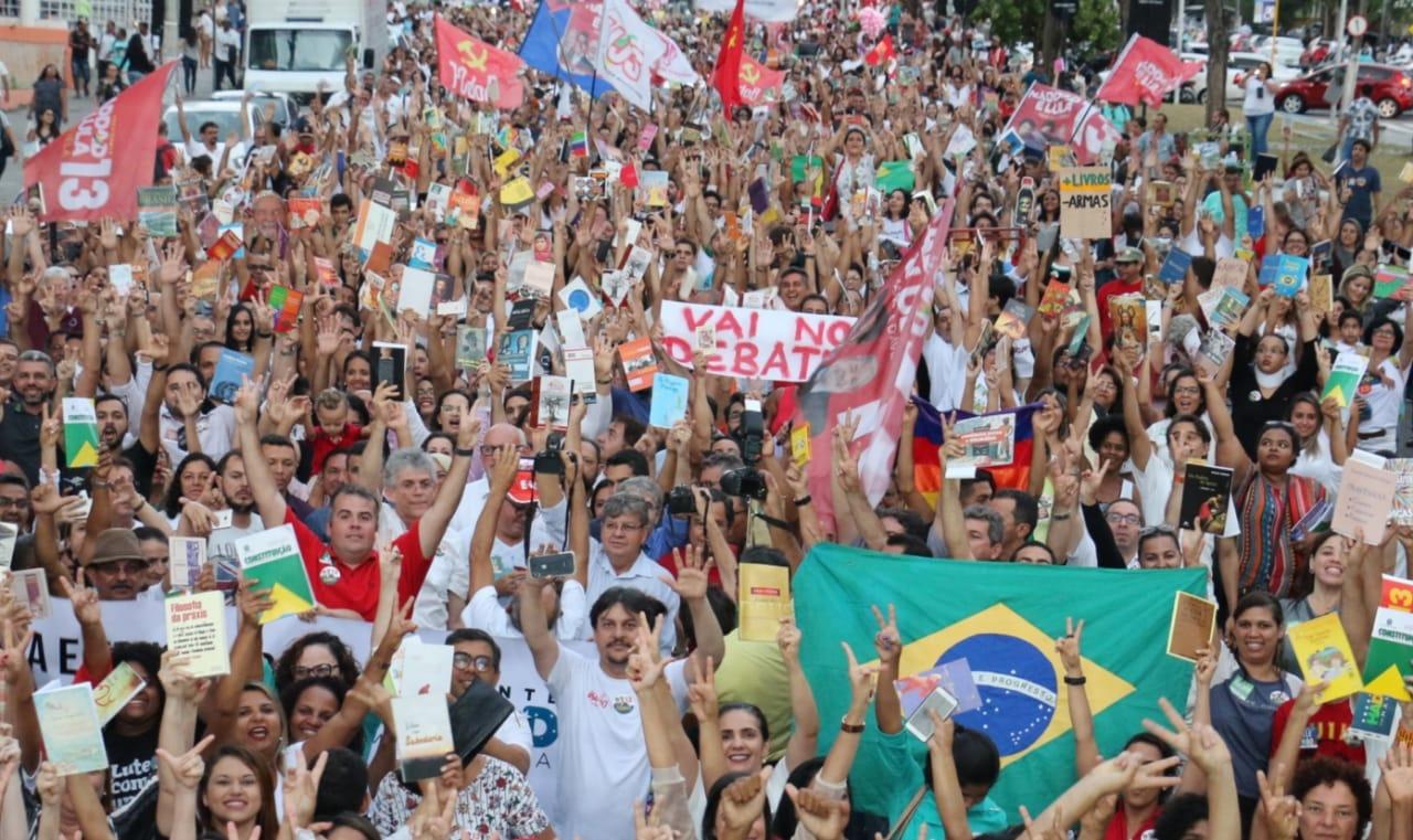 WhatsApp Image 2018 10 15 at 20.20.03 2 - Em caminhada, João e RC defendem democracia durante manifestação do livro