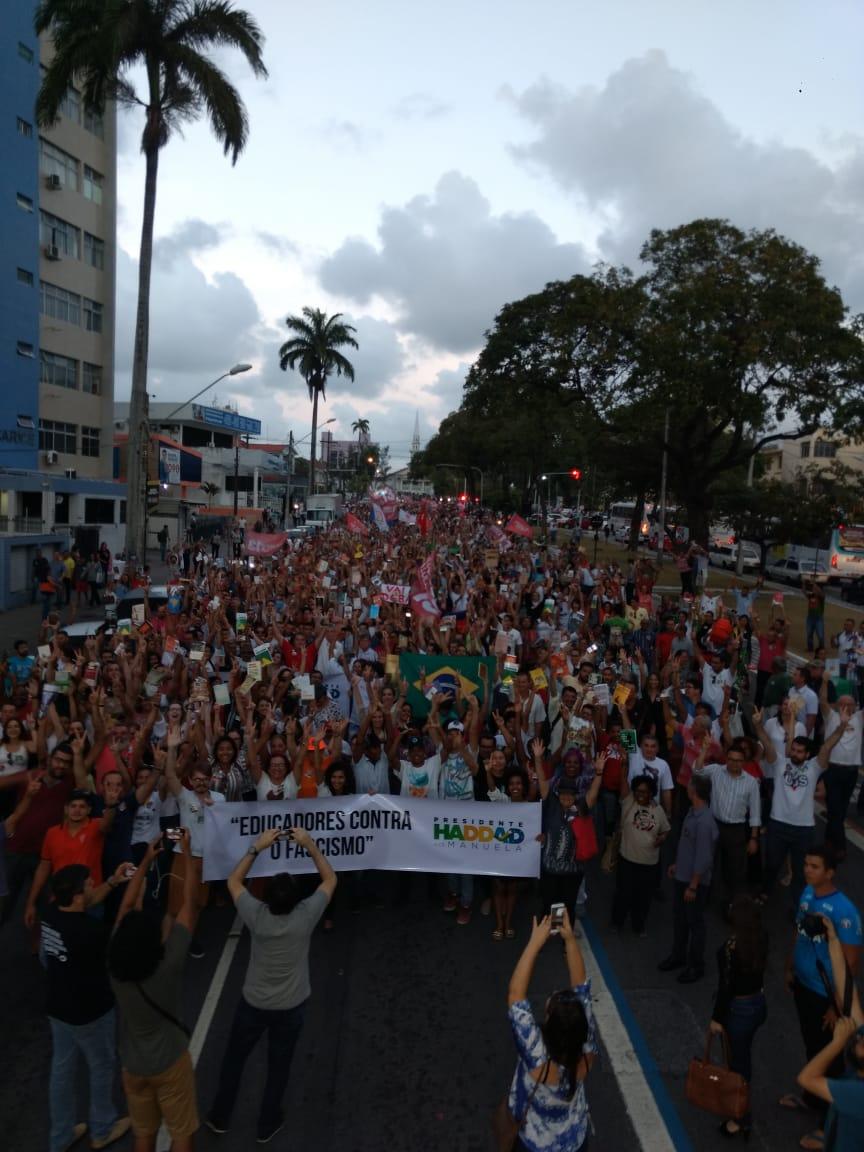 WhatsApp Image 2018 10 15 at 20.20.05 1 - Em caminhada, João e RC defendem democracia durante manifestação do livro