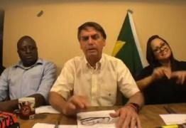 Bandeira do Brasil cai de cenário durante live de Bolsonaro; assista ao vídeo