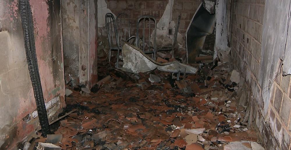 casa incendiada - Homem é suspeito de atear fogo na casa de ex-companheira por não aceitar fim de namoro