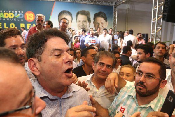 cid bate boca pt vaiado militantes 1 - Cid Gomes defende mea culpa do PT, bate boca com militantes e é vaiado - VEJA VÍDEO