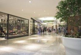 Justiça condena shopping a pagar indenização por danos morais a vítima de queda, na PB