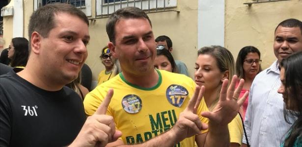 eleitor ao lado de flavio bolsonaro 1538931622318 615x300 - O EX NANICO: PSL elege mais de 50 deputados e 4 senadores