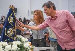 VEJA VÍDEO: Haddad vai à missa em homenagem à Nossa Senhora e reza 'Ave Maria'