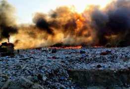 """Incêndio de grandes proporções atinge 'lixão""""de Patos"""