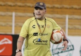 Maradona anda com dificuldade após problema nos joelhos