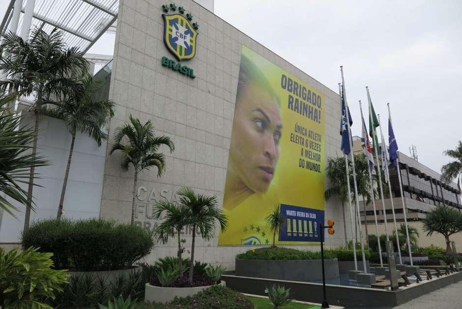 martacbf - CBF homenageia Marta com enorme outdoor na fachada da sede
