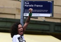Em uma hora, protesto distribui mil placas com nome de Marielle