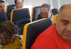 VEJA VÍDEO: caso de racismo em voo da Ryanair viraliza nas redes