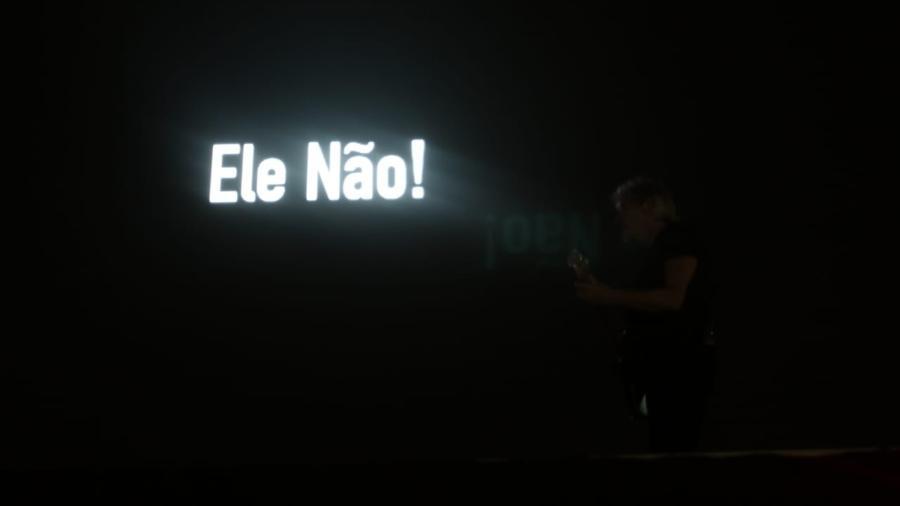 roger waters exibe ele nao frase contra jair bolsonaro durante show em curitiba 1540689571140 v2 900x506 - ELEIÇÃO NO BRASIL: Roger Waters protesta contra Bolsonaro a 30 segundos de limite proibido; VEJA VÍDEO