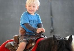 Megaprodutor de 'Glee' emociona web ao revelar luta de filho de quatro anos contra o câncer