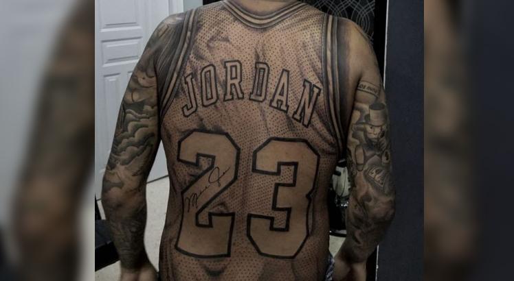 f0eb4377fac Fã de basquete tatua camisa de Michael Jordan em tamanho real - Polêmica  Paraíba