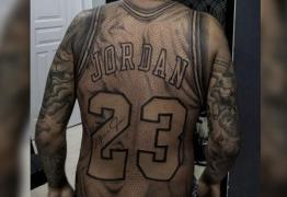 Fã de basquete tatua camisa de Michael Jordan em tamanho real