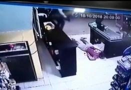 VÍDEO FORTE: Jovem é executado com tiros a queima roupa dentro de mercadinho, na Paraíba