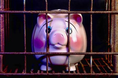 63743943 pink piggy band in jail needing more money  - Posso ter minha conta bancária ou poupança bloqueada para pagar uma dívida?