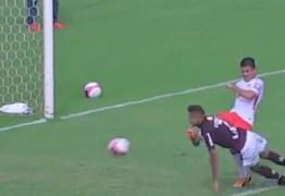 Imagem forte! Jogador leva chute no rosto e cai desacordado em campo: VEJA VÍDEO