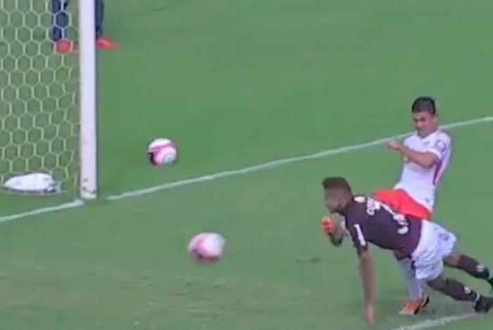 CHUTE ROSTO - Imagem forte! Jogador leva chute no rosto e cai desacordado em campo: VEJA VÍDEO