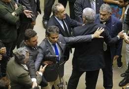 Deputados da bancada da bala batem boca em sessão na Câmara