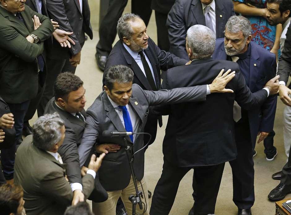 age20181112120 - Deputados da bancada da bala batem boca em sessão na Câmara