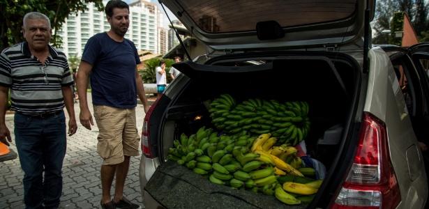 amigos do presidente da republica eleito jair bolsonaro trouxeram cachos de bananas no porta mala de um carro 1541858234053 615x300 - Moradores de Eldorado visitam Bolsonaro e levam bananas de presente