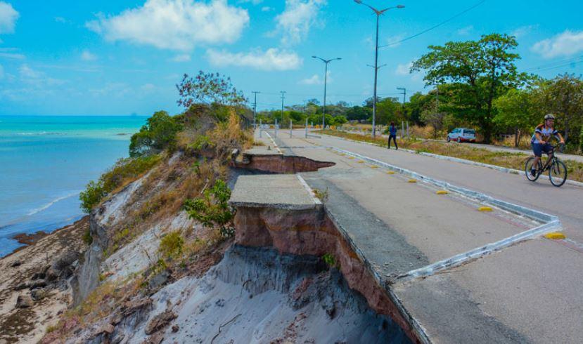 barreira caindo - CONTINUA CAINDO: Sem perspectiva de início das obras Barreira de Cabo Branco segue sofrendo com erosão
