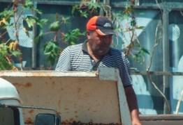 Auxiliar do prefeito de Cabedelo dá expediente em depósito de material de construção