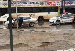 Policial com sinais de embriaguez fecha carro da PM e evita exame do bafômetro