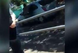 VEJA VÍDEO: Mãe de aluna que agrediu professores e atropelou policial é levada para presídio