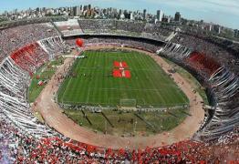 PEDRAS, GARRAFAS E GÁS DE PIMENTA: Ônibus do Boca Juniors é atingido e final da Libertadores pode ser adiada – VEJA VÍDEO