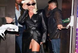 Lady Gaga se descuida e fenda da saia mostra intimidades da cantora