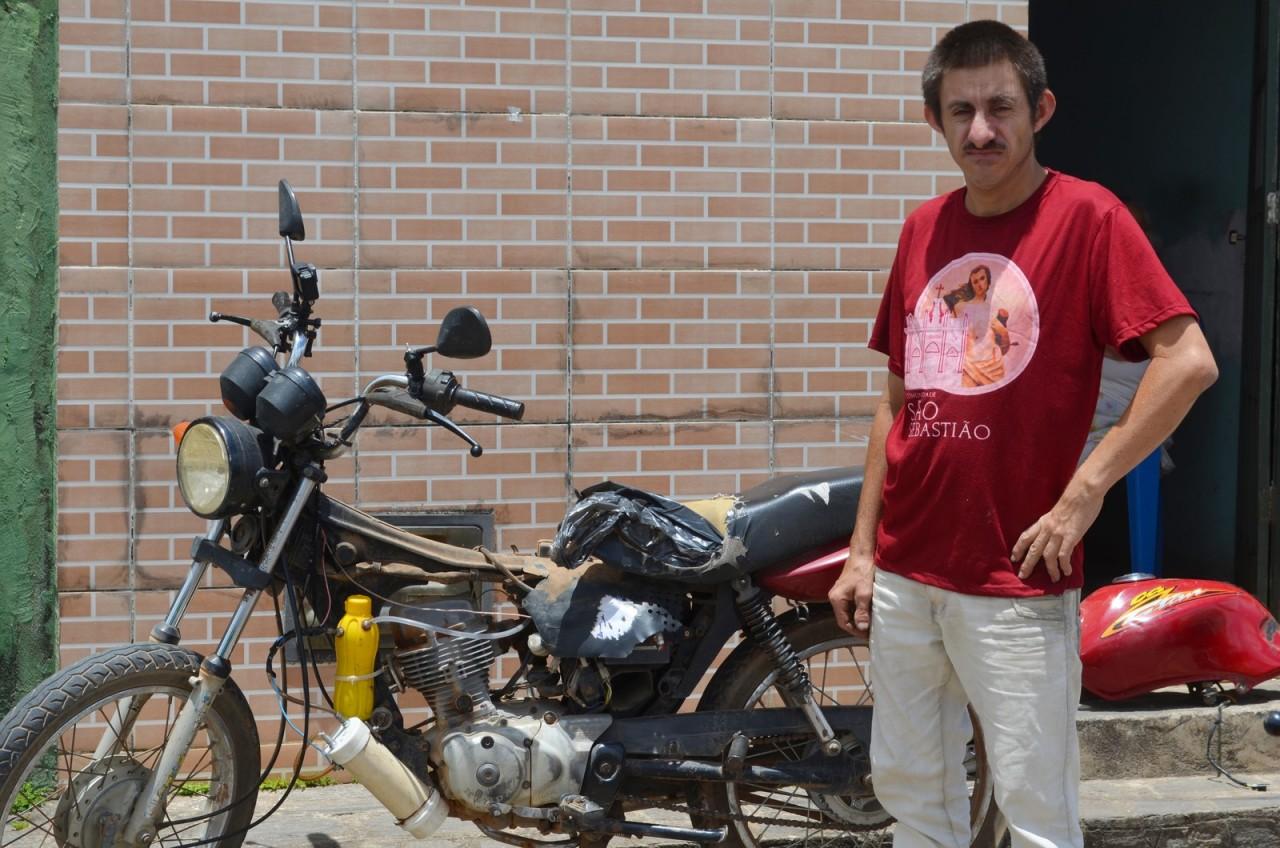 sandro e moto - Após greve dos caminhoneiros, paraibano analfabeto cria moto movida a água